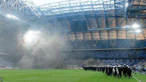 Legia win Polish title after crowd trouble forces abandonment