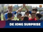 De Jong surprises a group of Barça Academy kids