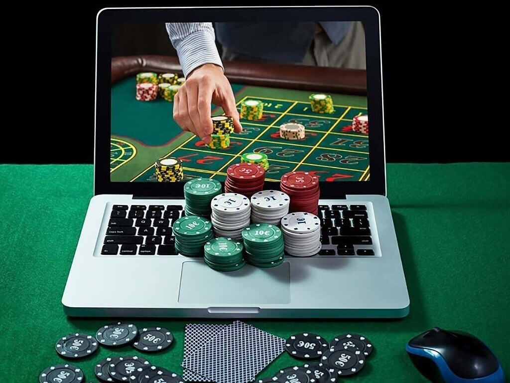 What are the significant differences between online casinos and live casinos? - Footballghana