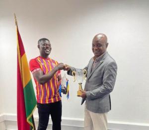 Hearts of Oak coach Samuel Boadu presents Coach of the Season award to Togbe Afede XIV